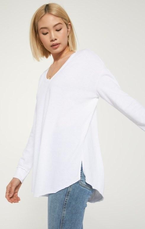 $62.00 V-NECK WEEKENDER White - Size Small