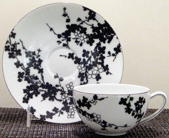 Clematites Charcoal Grey on White with Bronze Finition Tea Cup collection with 1 products